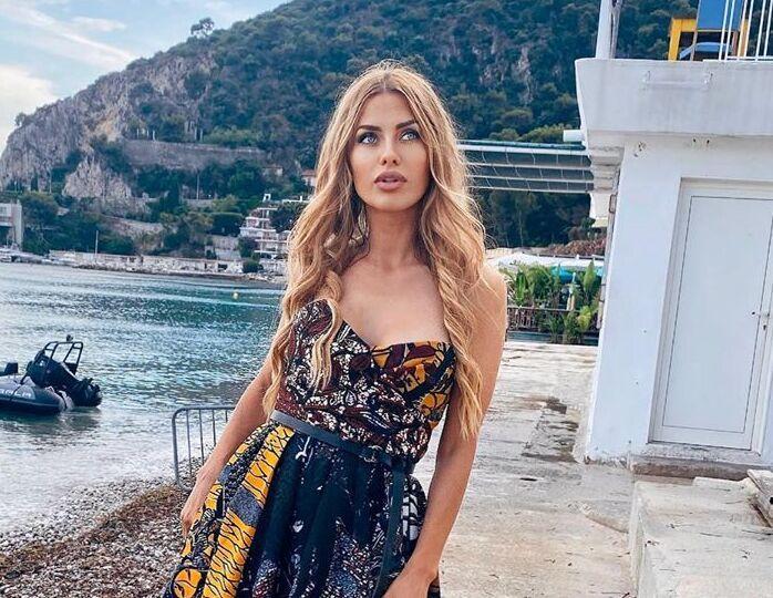 «Малышка на миллион»: Боня сверкнула грудью в гламурном купальнике от Gucci