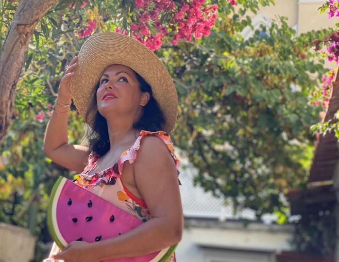 «Прелесть какая!»: Нетребко в плетеной шляпе и платье свободного кроя прогулялась по Флоренции