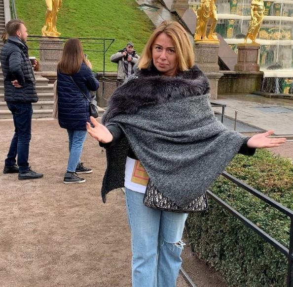Алена Апина в блестящих ботфортах показала шикарные бедра на архивных фото
