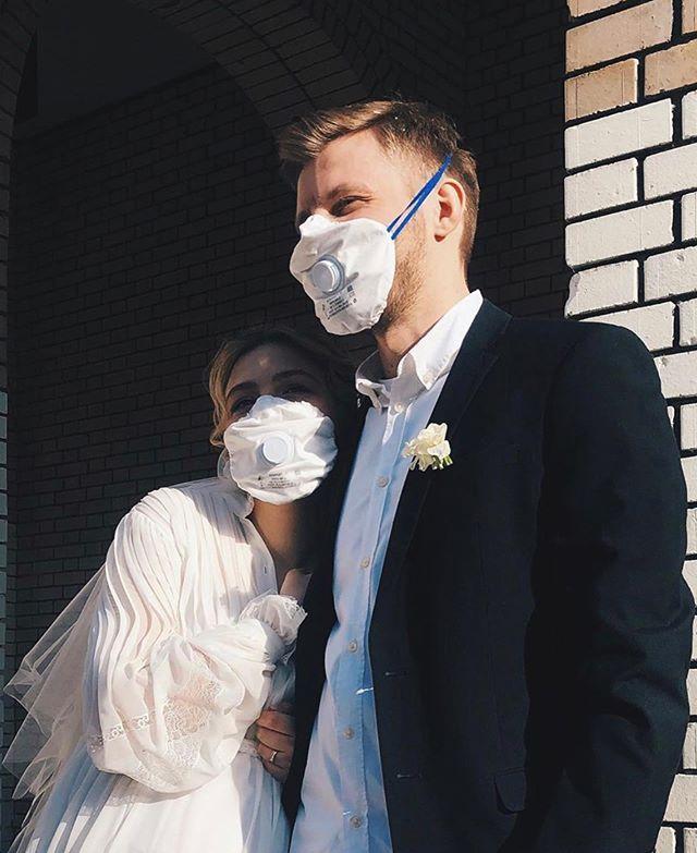 Фата и маска: актриса Таисия Вилкова вышла замуж за режиссера Семена Серзина в разгар пандемии