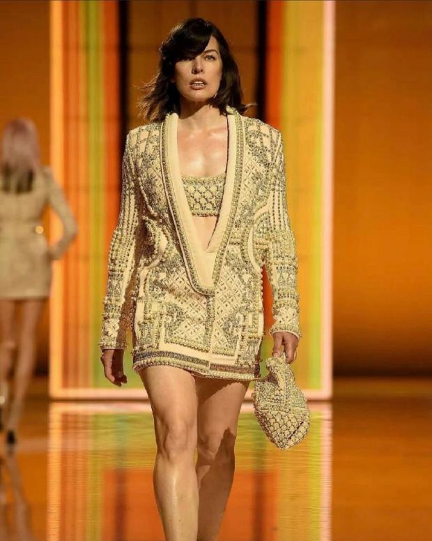 Милла Йовович приняла участие в модном показе: фото актрисы на подиуме в Париже