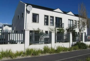 Lovely 2 Bedroom Duplex Townhouse For Sale in Cape Town