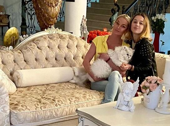 Анастасия Волочкова станцевала под дождем с повзрослевшей дочерью
