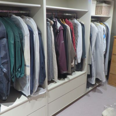 Walk-in wardrobe in Mussel coloured MFC