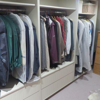 Walk-in wardrobe in Mussel coloured MFC