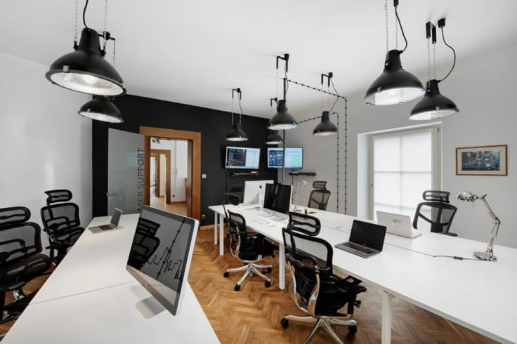 it office arrangement room with desks and computers