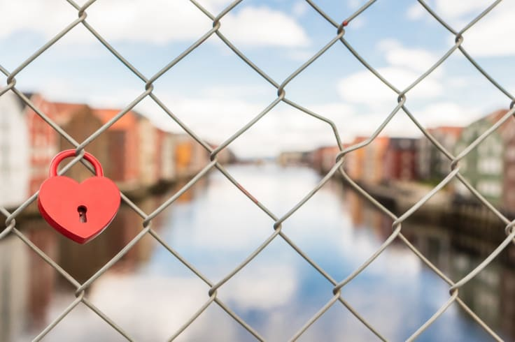 Heart shape padlock bridge