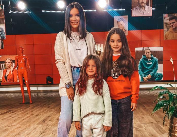 11-летняя дочка Бородиной предстала в полосатых брюках-кюлотах вслед за Лизой Галкиной