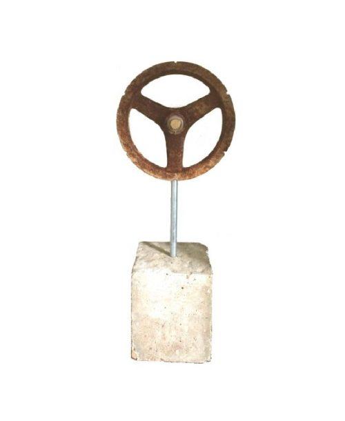 Industrieel ornament V-snaarwiel op sokkel voorkant