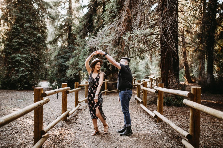 Comment organiser son mariage depuis chez soi ? dancing couple
