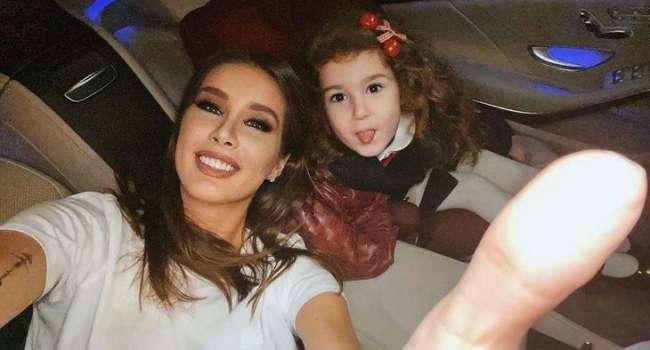 «Как она выросла! Маленькая мама»: солистка группы «А'Студио» показала стильные фото своей дочки