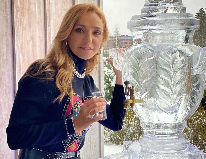 Красотка в белом: Навка в шифоновом платье «зажгла» на вечеринке у сестры Игоря Крутого