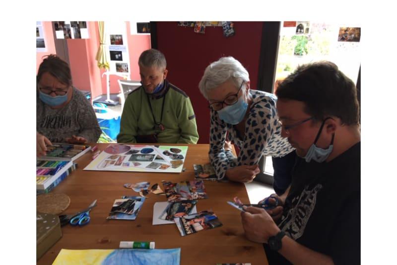 Patricia Rigo observe Matthieu qui découpe des images pour un collage