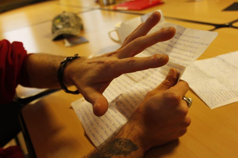 main qui cache longue texte écrite dans l'atelier 'les petites lucarnes'