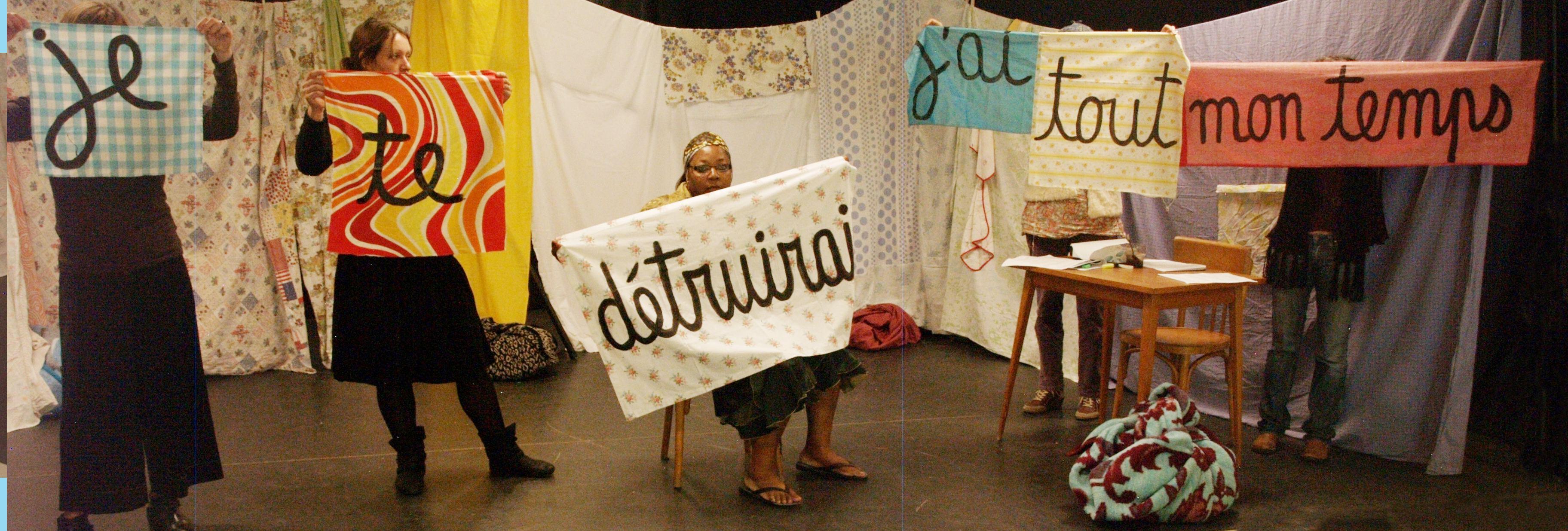 les femmes tiennent chacune une bannière avec un mot: je, te, détruirai, j'ai, tout, mon, temps