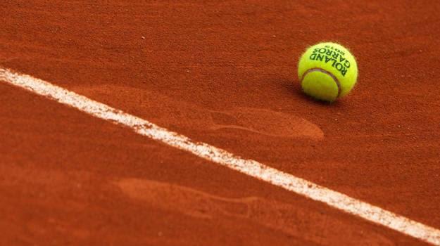 En tennisball på tennisbanen til Ørje IL
