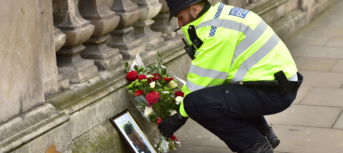 Police officer lays tribute at Westminster