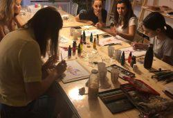 Suluboya, tarihi 1800'lere dayanan kendine özgü bir boyama tekniğidir. Diğer boyama tekniklerinden farkı; hafif, hızlı ve geniş renk skalasıyla birlikte görsel çeşitlilil yaratabilmesidir.  Atölyemizde kara kalem ile çizilmiş görselleri sulu boya tekniği ile boyamanın tüm teknik ve detayları eğitmenimiz tarafından rehber edilecektir.   Stresten uzak, güzel ve yaratıcı zaman geçirebileceğimiz Suluboya Workshopumuza hepiniz bekliyoruz.