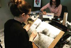 Karakalem Peyzaj Atölyesi temel çizim tekniklerini öğrenerek, manzara resimleri yapacağınız keyifli bir atölyedir. 3 saat süren atölyemiz, Taksim lokasyonundaki Artıkare Sanat Merkezi'nde gerçekleşecektir.  Karakalem atölyesi hiç resim yapmamış bireyler için de uygun olan bir atölyedir. Tecrübeli eğitmenlerimiz tarafından temel bilgilerin verileceği ve resim yapma tekniklerinin teorik ve pratik bir şekilde gösterileceği atölyemiz, birebir veya grup şeklinde olarak gerçekleşecektir. Resim sanatının huzur verici ve eğlenceli dünyasıyla tanışmak isteyen, seviye farketmeksizin tüm sanat severleri atölyemize bekliyoruz.