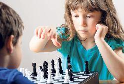 Satranç Kursu, çocukların bireysel gelişimine ve akademik başarılarını besleyen, tarihi M.Ö. 2000'li yıllara dayanan bir beyin sporudur.  Satranç eğitimi; Hafıza gelişimine katkı sağlar, Matematiksel ve Mantıksal düşünmeye teşvik eder, Dikkat ve Konsantrasyonu geliştirir, Hayal dünyasını ve Yaratıcı düşünme şekilleri öğretir. Bireysel motive olma duygusunu arttırır. Sorumluluk duygusunu geliştirir ve birçok alanda hayatımızda önemli yere sahip katkıları vardır.  Çocuk Satranç Kursu, iyi bir eğitim alındığında çocuk bireylerin gerek sosyal gerek okul hayatındaki başarısını arttırdığı bilimsel makaleler ile de kanıtlanmıştır. Gelişim Evi uzman eğitimleri ile birlikte bir çok okulda ve kendi kurumumuzda çocuklarımızın gelişimine katkı sağlamak için 5-15 Yaş Satranç Kursunu emin ellerde almanızı sağlıyoruz.