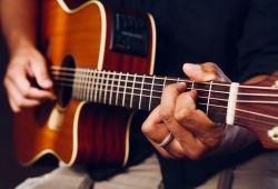 Yaş ve seviye gözetmeksizin, Elektro, Klasik, Akustik veya Bas Gitar Dersleri birebir olarak tecrübeli öğretmenlerimiz tarafından verilecektir. Kurs başlangıcında, 40 dakikalık Gitar ile tanışma ve deneme dersi ücretsiz verilecektir. Kursun devamında, uygun saatlere göre organize edilecek olan Gitar Kursumuz 4 Hafta Boyunca 1 Saatlik birebir dersler verilecektir.    2009 yılından beri Gitar Dersi veren Nüans Müzik Akademisinde Rock, Pop, Blues, Modern, Jazz, R&B, Metal müzik gibi tarzlarda eğitim alabilirsiniz.  Nüans müzik kursları, LCM (London College Of Music) ve ABRSM (Royal Academy) sertifika programlarına uygun eğitim vermektedir.
