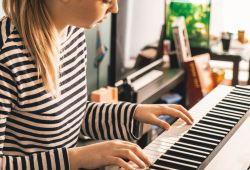 Çocuk Piyano Kursu 4-6 Yaş için başlangıç seviyesinden ileri seviyeye kadar sürecek tam kapsamlı bir eğitimdir. Kursun başında, 40 dakikalık Piyano ile tanışma ve deneme dersi ücretsiz verilecektir. Nüans Kadıköy Müzik Kursu'nun tecrübeli öğretmenleri tarafından katlımcının seviyesine göre hazırlanmış kurs programı, birebir şekilde kurumumuzda gerçekleşecektir.  1 ay boyunca her hafta 1 saat olarak sürecek Çocuk Piyano Kursu eğitimimiz çocuklarınızın, el ve göz koordinasyonu, Konsantrasyon seviyesinin yükselmesi,  Hafızanın kuvvetlenmesi, Okul başarısının artması, Özgüvenini arttıracak, çocuğunuzun kendini keşfetmesini sağlayacak önemli bir eğitimdir.  Nüans müzik kursları, LCM (London College Of Music) ve ABRSM (Royal Academy) sertifika programlarına uygun eğitim vermektedir.