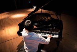 Piyano Kursu, 40 dakikalık piyano ile tanışıp, ilginizi ve yeteneğinizi keşfedebileceğiniz ücretsiz deneme dersi ile başlayacaktır. Nüans Müzik'in tecrübeli eğitmenleri rehberliğinde kursumuz birebir gerçekleşecektir.  Piyano dersi içeriği her öğrencinin yeteneği, ilerleme hızı ve hedefleri doğrultusunda kişiye özel olarak oluşturulacaktır. Temel teknik bilgiler, nota bilgileri, ritm çalışmaları, basit piyano parçaları ve etüdleri ile devam edecek kursumuz, tüm teknik ve pratik uygulamaları içermektedir. 1 aylık eğitimlerimiz ile piyano kurslarımız her ay devam edecektir.  Nüans müzik kursları, LCM (London College Of Music) ve ABRSM (Royal Academy) sertifika programlarına uygun eğitim vermektedir.