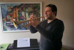 Trompet; hammaddesi bakır olan üflemeli bir çalgıdır. Oldukça güçlü ve renkli bir sese sahip olan enstrüman, M.Ö. 200'lere dayanan kökeniyle birlikte eski bir tarihe sahiptir. Trompet kursumuz, 40 dakikalık ücretsiz Trompet ile tanışma ve deneme dersi ile başlayacaktır.  Trompet Kursu, seviye ve yaş farkı olmaksızın uzman kadromuz tarafından size özel olarak hazırlanacak bir eğitim programıdır. Kadıköy Nüans Müzik akademisi uzun yıllar boyunca Trompet konusundaki eğitimleriyle sektöre öncülük etmiştir.   Trompet deneme kursunu tamamlayan öğrenciler, 1 Ay boyunca haftada 1 Gün olarak alacağınız Trompet Kursu, enstrümanla aranızdaki bağı kuvvetlendirmek için çeşitli çalışma methodlarıyla birlikte sürecektir. Birebir olarak alacağınız derslerimiz M.E.B onaylı olup, tecrübeli öğretmenlerimiz rehberliğinde gerçekleşmektedir.  Nüans müzik kursları, LCM (London College Of Music) ve ABRSM (Royal Academy) sertifika programlarına uygun eğitim vermektedir.