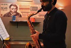 Saksafon, Soprano, Alto, Tenor, Bariton, Basson gibi türlere ayrılmaktadır. Saksafon solist bir enstrüman olmasının yanında Blues ve Jazz müzikte önemli bir işleve sahiptir.  Galata Sanat Saksafon kursu birebir ya da uygun koşullar sağlandığı halde grup dersleri olarak verilebilmektedir  İstanbul Galata Sanat Kursu her türlü enstruman eğitimi verdiği gibi saksafon kursunda da temel müzik eğitimi ve armoni bilgisi konusunda zengin içeriği ile kaliteli bir eğitim vermektedir.