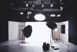 Stüdyo Fotoğrafçılığı Kursu, Stüdyo fotoğrafçılığı konusunda uzmanlaşmak isteyenler için sunulan uygulamalı eğitimlerdir. Stüdyo fotoğrafçılığı kursuna katılarak, stüdyoda bulunan yapay ışıkları kendiniz için kullanmayı öğrenebilirsiniz. Stüdyo hakkında aklınıza takılan tüm sorulara cevap bulabileceğiniz eğitimimiz sırasında, uygulamalı bir şekilde profesyonel stüdyo fotoğraflarının arka planını, yapay ışıkların yönünü, stüdyodaki renklerin önemini, fon seçimini, reflektör-softbox kullanımı gibi stüdyo ekipmanlarını doğru ve en verimli olacak biçimde kullanarak, Stüdyo fotoğrafçılığı alanında profesyonel olmaya adım atacaksınız.  Kursumuzu bitirmenizin ardından, 1 yıl içerisinde aktif olan ve istediğiniz zaman yararlanabileceğiniz sadece size özel bir 2 saatlik ücretsiz stüdyo kullanımı hakkı verilecektir.