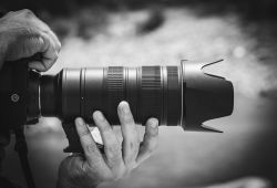 Hızlandırılmış Fotoğrafçılık Kursu, 2 gün boyunca devam eden, fotoğrafçılığa hızlı bir giriş yapmak isteyen kişiler için hazırlanmış temel ve ileri seviye fotoğrafçılık kursu ile aynı içeriğe sahip olan kurslardır. 5 haftalık fotoğrafçılık eğitimlerine iş hayatından dolayı zamanı bulamayanlar için sunulan kursumuzda, katılımcılarımıza 2 gün süresince yoğun bir eğitim programı uygulanmaktadır.  Hızlandırılmış fotoğrafçılık kursumuza katılarak, temel ve ileri seviye fotoğrafçılık kursunu aynı anda alabilirsiniz. Teorik eğitimlerinizi tamamlamanızın ardından ise, uygulamalı fotoğraf çekimi gezilerine 4 farklı lokasyon için ücretsiz katılım hakkı kazanabilirsiniz.  Uygulamalı hızlandırılmış fotoğrafçılık kursu gezilerine katılarak, eğitim sırasında öğrendiğiniz bilgileri makineniniz üzerinde deneyebilirsiniz.