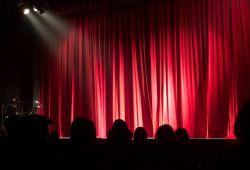 Güzel sanatlara hazırlık Sahne ve Dekor Kursu, 4 hafta boyunca haftada 3 gün, lise, üniversite ve yurtdışı üniversite yetenek sınavlara hazırlanabileceğiniz, Doku Sanat Atölyesi eğitmenleri tarafından hazırlanmış tam kamsamlı bir eğitim programıdır. Size yeni bir kariyer fırsatı sunan Sahne ve Dekor Bölümü, tiyatro, opera-bale, sinema, reklam, televizyon, karnaval, festival gibi bir çok alanda iş imkanı sağlayan kapsamlı bir bölümdür. Bu bölüme girmeke isteyen öğrenciler için hazırladığımız Sahne ve Dekor kursumuz, tüm üniversitelerin yetenek sınavlarına uygun formattadır.  Sahne ve Dekor eğitimimizde, sahne dekoru, mesleki temel tasarım, kostüm ve sahne tasarımı, perspektif, makyaj ve boyalama teknikleri gibi bir çok konuda seviyenize göre hazırlanan programdan oluşmaktadır. Her yıl onlarca kursiyerimiz, Doku Sanat Atölyesi farkıyla yetenek sınavlarından başarılı sonuçlar almaktadır.