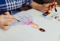 Temel Resim Kursu; yeteneğim yok, çöp adam bile çizemem diye yola çıkıp, nice ressamlar yetiştiren, resim yapmanın temelini ve doğru teknikleri öğreten birebir özel derslerdir. Galata Sanat Merkezi, doğru bir eğitim ile resim yapmayı öğreteceği iddiasıyla, tecrübeli eğitmenleriyle uzun yıllardır ressamlar yetiştirmektedir.  Obje, kara kalem ve desen çizimleriyle başlayan Resim Kursu, perspektif ve kompozisyon çalışmaları ardından natürmort ve sulu boya ile eğitimi ilerletmektedir. Öğrencilerin seviyesine göre özel hazırlanan programlar, hızlı bir şekilde öğrenmenize yardımcı olacaktır.