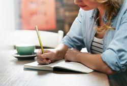 Yaratıcı Yazarlık Kursu, yazı yazmanın zorluklarını aşıp, etkili bir yazar olmanın püf noktalarını yazı yazma meraklılarına aktaran aktivitelerin öğrenilmesidir. Yaratıcı bir yazar olmanın temellerinin atıldığı kursumuza, yazmak için zihnini doğru kullanamayan ve eksik noktalarının olduğunu düşünen herkes katılabilir. Kursumuza yazı yazmaya yeni başlayanlar ve deneyimli yazarlar bilgisini pekiştirmek için başvurabilir.  Kursumuzda verilen eğitimler, kişinin zihninden geçenleri kağıda aktarması ve hayal gücünü kullanması ortaya çok kaliteli yazıların çıkmasını sağlar. Kapsamlı eğitimlerimiz sayesinde, yazarlık için gerekli olan becerileri kazanabilir ve gerekli çalışmaları yaparak donanımlı bir yazar olabilirsiniz. Siz de eğer, başladığınız yazıların devamını getiremiyorsanız, yazdığınız yazıların kalitesinin düşük olduğunu düşünüyorsanız yaratıcı yazarlık kursumuza şimdi kaydınızı yaptırabilirsiniz.