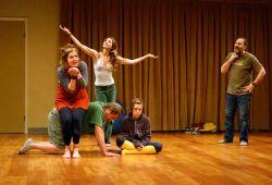 Yaratıcı drama kursu, belirlenen bir grup veya insan topluluğunun ve hayat tecrübelerinden başlayan belirli bir hedefi içeren ya da net olan bir fikrin doğaçlama olarak sunulup rol yapma yeteneğinden faydalanılarak sahnede canlandırılmasını anlatan eğitim kurslarıdır. Gündelik hayatımızda değişime uğrayan ve sürekli gelişme kateden drama sanat kursları, ağır ve stresli yaşayan bireylerin yaşam koşullarından bir anlık da olsa kaçması için de tercih edilir. Birçok insanın sanatı kullanarak günlük stresten ve şehrin gürültüsünden uzaklaşıp rahatladığı bilinir.  Yaratıcı drama kurslarında, fikirlerin doğaçlama spontane şekilde gerçekleşip, seyirciye yansıtılmasına önem verilir. Kursumuzun canlandırma ve doğaçlama kısımları bir eğitmenin desteği ile yürütülmektedir.