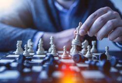 Satranç Kursu, öğretici ve eğlenceli bir oyun olan Satranç oyununu tüm detaylarıyla öğrenebileceğiniz eğitim programıdır. Tarihi çok eskiye dayanan satranç oyunu, beyin gelişiminin yanı sıra özellikle küçük yaştaki çocukların zeka gelişiminde önemli rol oynamaktadır. Her yaş ve seviyedeki bireyin katılabileceği Satranç Kursumuz, tecrübeli eğitmenlerimiz rehberliğinde gerçekleşecektir.  Satranç eğitimi boyunca, zihin jimnastiği, strateji belirleme, zamanı doğru kullanma, öngörü sahibi olma gibi bir çok konuda kendini geliştirme fırsatı bulacaksınız. Satranç Dersi, her seviye ve yaş için uygun olup, size özel hazırlanan programlar ile işlenecektir.