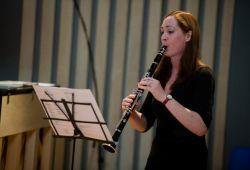 Nüans Müzik Akademisi'nin hazırladığı Klarnet Kursu, baştan sona klarnet eğitimi kapsamında, nota, ritm, entonasyon, enstrüman bilgisi, klarneti kurma, kamış yerleştirme ve temel müzik bilgilerinin öğrenilmesini amaçlar.  Klarnet kursumuz, 40 dakikalık klarnet ile tanışma ve deneme dersi ile başlayacaktır. Deneme dersini tamamlayan öğrencilerimiz ilk 2 aylık ders boyunca klarneti nasıl kullanması gerektiğini bilir ve nefesini verimli kullanmayı öğrenir. Teknik egzersizler ve örnekler ile sunulan dersler neticesinde kişi klarnet çalmanın tüm püf noktalarını bilmiş ve elindeki enstrümanı daha kaliteli çalmaya başlayacaktır. Deneme dersinin devamındaki aylık derslerin ücreti farklılık göstermektedir.  Klarnet, özellikle orkestralarda, konserlerde ihtiyaç duyulan enstrüman olduğundan klarnet kurslarına olan ilgi bir kat daha artmıştır. Klarnet çalma konusunda tereddütler yaşıyorsanız ve istediğiniz noktaya ulaşamamışsanız Nüans Müzik Akademisi'nin Klarnet kursuna mutlaka katılmalısınız.  Nüans müzik kursları, LCM (London College Of Music) ve ABRSM (Royal Academy) sertifika programlarına uygun eğitim vermektedir.