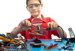 Çocuklar İçin Robotik 101 eğitimi, robotiğe giriş için hazırlanmış, Boğaziçi Üniversitesi kampüsünde Boğaziçili öğrenci ve mezunlar tarafından, 5 hafta boyunca haftada 2 saat, toplam 10 saat boyunca verilen eğitimdir.  Algoritma 101 eğitimini tamamlayan ya da daha önce benzer bir eğitim almış çocuklarla yaptığımız robotik dersimizdir. Bu dersimizde robot gibi yaygın bir kavramın aslında neleri kapsadığını tartışacağız. Basit elektrik devrelerinin yapılarını uygulamalı olarak görüp, kodlama çalışmalarıyla dersimizi destekleyeceğiz.  Öğrencilerimiz Robot 101 dersinde, Arduino isimli pratik ve rahat kişiselleştirilebilen, minik bilgisayarlar ile elektronik ve kodlama dünyalarını keşfedecekler. Bu eğitimin temel amacı, günümüzde korkutucu ve zor gözüken elektronik ve kodlama alanlarının çocuklar için ne kadar ulaşılabilir olduğunu fark ettirmektir.Bu eğitim boyunca, Boğaziçi Üniversitesi Mühendislik ve Eğitim Fakülteleri öğrencileri, çocuklarınızın hem eğlenceli hem de eğitici bir dönem geçirmesinde onlara rehberlik edecekir.