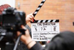 Kamera Karşısında Oyunculuk Kursu, 4 hafta boyunca toplamda 32 saat süren, film yapım sürecinin tamamını kavrayan, işini iyi bilen oyuncular yetiştirmeyi amaçlayan eğitim programıdır.  Artmera Sanat Merkezinin özel eğitim programı olan, kamera karşısında oyunculuk kursu; oyuncuların teorik ve pratik eğitimlerini deneyimli oyuncular tarafından rehberlik edilmesini amaçlamaktadır.