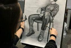 Güzel sanatlar resim bölümü yetenek sınavlarına hazırlacağınız Resim Kursumuzda,4 hafta boyunca haftada 3 gün, seviyenizin tespitinden sonra size en uygun eğitim programı Doku Sanat eğitmenleri tarafından oluşturulacaktır. Güzel Sanatlara Hazırlık kursunda oldukça iddialı olan kursumuz, her sene yüzlerce öğrenciyi sınavlarında başarılı olmasını sağlamaktadır.  Resim eğitimine katılan öğrenciler, geometrik objeleri tanıyıp, ölçü birimleriyle birlikte elle teknik çizim yapacak seviyeye gelecektir. İzdüşüm, perspektif ve kesit alma gibi teknik detaylar hakkında teorik ve pratik bilgileri uygulamalı bir şekilde öğrenecektir. Yetenek sınavına hazırlanacağınız kursumuz, her üniversitenin Güzel Sanatlar Resim Yetenek Sınavından başarılı bir şekilde geçmeniz için hazırlanmıştır