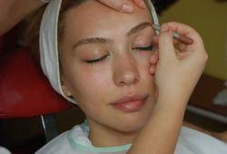 Makyaj profesyonel bir şekilde yapılması gereken, kozmetik sektörünün en önemli alanıdır. Makyaj yapımı sırasında bir çok bilimsel ve teorik bilgiye ihtiyaç duyulmaktadır. Yüz anatomisinden, renklerin uyumuna, makyaj teknikleri, fırça vuruşları gibi birçok konudaki teknikler makyaj yapımında önemli rol oynamaktadır.  Profesyonel Makyaj kursu, makyaj yapımına dair tüm bilgi ve uygulamaları kapsayan eğitim programıdır. 6 hafta boyunca devam edecek makyaj kursumuz, 120 saatlik bir eğitimi kapsamaktadır. Seba Ülgen Estetisyenlik Kursu'nun bünyesindeki tecrübeli öğretmenler rehberliğinde gerçekleşecek profesyonel makyaj kursu, katılım sertifikası verilen bir eğitim programıdır.  Bilgi, seviye ve yaş farketmeksizin her bireyin katılabileceği kurs, yüzün anatomisi, yüz ve göz çeşitleri, kaş nasıl alınır, kaş nasıl dizayn edilmelidir, kirpik takma ve boyama işlemi, çeşitli konsept makyajlar gibi tüm temel bilgileri öğretilmesini hedeflemektedir.