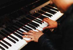 Piyano kursu, seviye farketmeksizin herkesin katılabileceği, başlangıç seviyesinden ileri seviyeye kadar sürecek kapsamlı eğitim programıdır. Söyler Sanat Akademi'sinin Beşiktaş şubesinde tecrübeli eğitmenler rehberliğinde birebir olarak gerçekleşecektir. Katılımcının seviyesine göre hazırlanmış kurs programı, katılımcının uygunluğuna göre esnek saat seçenekleri ile devam edecektir.  Kurs içeriğinde, temel nota eğitimi, parmak egzersizleri gibi temelden ileri seviyeye kadar gerekli bilgiler öğretilecektir.  Beşiktaş Söyler Sanat Akademisi, LCM (London College Of Music) sertifika programına uygun eğitim vermektedir.