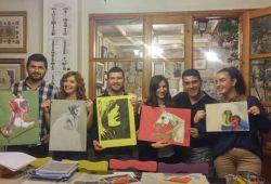 Resim kursu, hobi olarak resim yapmak isteyenlerin katılabileceği hobi atölyesidir. Her yaştan katılımcının rahatlıkla katılabileceği hobi resim kursumuz, Kadıköy Yengeç Sanat Evi'nin tecrübeli öğretmenleri rehberliğinde gerçekleşecektir. Seviye farketmeksizin tüm resim severler atölyeye katılabilmektedir.  Atölyemizin kış bahçesi ve yaz bahçesinde çalışmalar için elverişli ve keyifli bir ortam katılımcıları beklemektedir. 7-9 yaş çocuklar, 10-12 yaş çocuklar ve yetişkinler için ayrılmış gruplarda kurslar verilmektedir. Temel sanat ve sulu boya atölyeleri hobi resim kursunun aktif programlarıdır. Kadıköy'de resim kursu arayan tüm resim severleri Bahariye'deki Yengeç Sanat Evi atölyemize bekliyoruz.