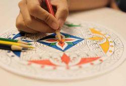 Mandala felsefe, matematik ve sanatın birleşiminden oluşan, tarihi yüzyıllar öncesine dayanan kadim bir öğretidir. Bir tür meditasyon görevi gören mandala, kişilerin analiz edilmesi için kullanılan terapi tekniklerinden biridir. Mandala atölyesi sırasında hem sanat ile iç içe olacak hem de meditasyon yapıp, rahatlama şansı bulacaksınız.  Mandala Atölyesi, 3 saatlik atölyelerden oluşan öğretici ve eğlenceli hobi etkinliğidir. Eğitim Banu Yılmaz rehberliğinde gerçekleşecektir. Toplamda 4 seviyeden oluşan atölyeye, katılımcılar isterse sonraki seviyelere devam edebilecektir. 12 saatlik mandala atölyesinde, programı bitiren katılımcılara katılım belgesi alacaktır.  1. Seviyeden başlayan kurs katılımcısı, istediği taktirde diğer seviyelere yükselebilmek için her hafta verilen mandala atölyelerine katılabilmektedir.