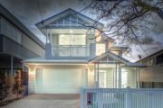 Hotly contested new build Queenslander attracts 300 to auction