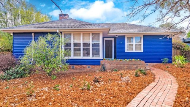 The prettiest street in Narrabundah: 1950's weatherboard cottage snapped up at auction