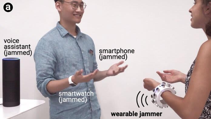 Brățara cu ultrasunete care blochează microfoanele din jurul tău