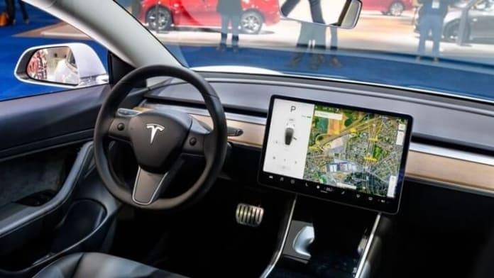 Elon Musk: Tesla va oferi conferinte video native in masini