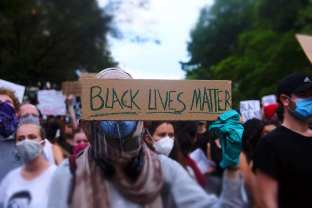 Мадонна, Софи Тернер, Джо Джонас, Сара Сампайо, Майкл Джордан и другие: рассказываем, кто еще из звезд поддержал акцию протеста Black Lives Matter