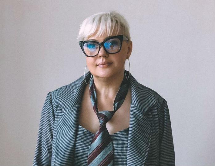 «В модной тенденции лета»: Стеша Маликова в мини-платье с поясом-кушаком восхитила стилиста